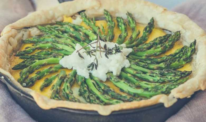 A green bean quiche cooked in a cast iron skillet